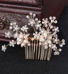 Esküvői hajdísz Headpiece Jewelry, Hair Jewelry, Tiara Hairstyles, Wedding Hairstyles, Hair Ornaments, Wedding Hair Accessories, Hair Comb, Pearls, Bride