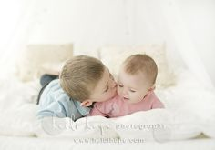 Big brother & little sister Sister Picture Poses, Brother Sister Pictures, Big Brother Little Sister, Sister Photos, Little Brothers, Baby Sister, Little Sisters, Fall Portraits, Older Siblings
