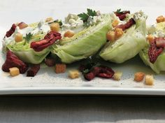 Thomas Keller's Iceberg Lettuce Slices with blue cheese dressing, oven-roasted tomatoes, bacon and brioche croutons Oven Dried Tomatoes, Oven Roasted Tomatoes, Lettuce Recipes, Salad Recipes, Yummy Recipes, Thomas Keller, Superfood Salad, Famous Recipe, Salad Bar