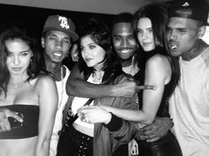 Las hermanas Jenner abrazadas por Trey Songz y junto a Chris Brown, Tyga y una amiga