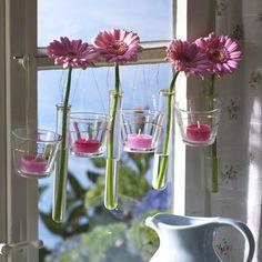Ein schmuckes Fenster gewährt Ihnen grandiose Ausblicke. Wir haben einige kreative Ideen für eine zauberhafte Fensterdeko zum selber basteln. So geht's.