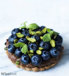 Kager med sveskecreme og blåbær