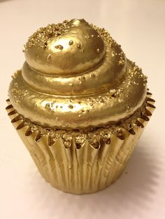 Themed birthday cupcakes can perfect a birthday party! With 6 tasty recipes of birthday cupcakes ideas, create a truly sweet birthday surprise for your loved ones! Gold Cupcakes, Gold Cake, Velvet Cupcakes, Gold Everything, Golden Birthday, 85th Birthday, Birthday Cupcakes, Cookies Et Biscuits, Cupcake Cookies