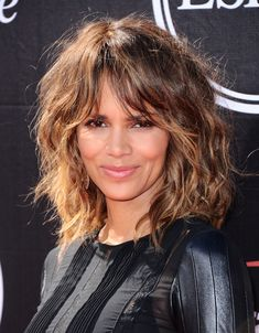 Halle Berry curtain bangs at the 2015 ESPY Awards. Curly Hair Fringe, Curly Hair With Bangs, Curly Hair Cuts, Short Curly Hair, Wavy Hair, Curly Hair Styles, Medium Curly, Halle Berry Hairstyles, Hairstyles With Bangs