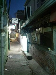 골목   a backstreet, an alley