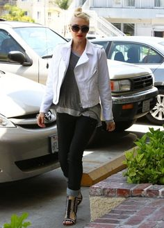 Gwen Stefani Skinny Jeans - Gwen Stefani completed her outfit with a pair of cuffed black skinny jeans.
