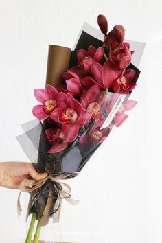 Your marriage ceremony bouquet is a necessary a part of your marriage ceremony day look. Boquette Flowers, How To Wrap Flowers, Luxury Flowers, Exotic Flowers, Flower Boxes, Small Flowers, Planting Flowers, Beautiful Flowers, Bouquet Wrap