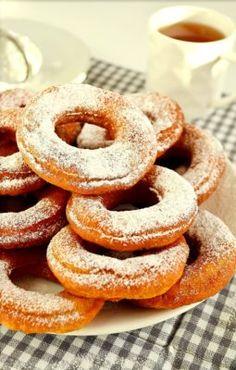 W tłusty czwartek można poszaleć z jedzeniem słodkości, w końcu to jeden dzień w roku, w którym kalorie się nie liczą 😉 . Są jednak sytuacje, w których nie wszyscy chcą lub mogą objadać się tradycyjnymi słodkościami. Zatem dzisiaj kolejny przepis na czwartkowe wypieki bez cukru. Orkiszowe oponki bez cukru słodzone erytrolem to przepis, który … Czytaj dalej Orkiszowe oponki bez cukru (słodzone erytrolem) →