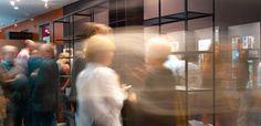 Conversaciones | Vicent Martínez (Punt), Javier Nieto (Santa&Cole) i Josep Maria Tremoleda (Mobles 114) fan una revisió del disseny de producte i d'interiors dels anys 80 i 90. També parlaran de la relació entre el dissenyador i l'empresa, la seua evolució, la propietat intelectual, el present i el futur.  Sala d'actes de Velluters, 12h.