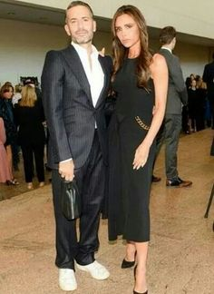 did she have plastic surgery like Renee Zellwegger? Something is wrong with her eyebrows/eyes situation. Can't be that she's with nasty Marc Jacobs, ewwwww. Victoria And David, All Fashion, Womens Fashion, Victoria Beckham Style, Costume Institute, Fashion Gallery, Celebrity Look, Red Carpet Dresses, Harpers Bazaar