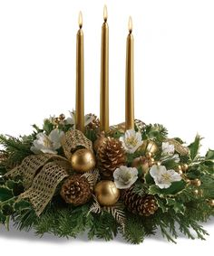 36 Totally Adorable Gold Christmas Centerpieces Ideas - About-Ruth Christmas Floral Arrangements, Christmas Greenery, Christmas Flowers, Wedding Arrangements, Christmas Wreaths, Christmas Crafts, Centerpiece Decorations, Christmas Centerpieces, Decoration Table