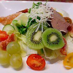 イチジク、キュウイフルーツ、マスカット、アボカド、きゅうり、トマト、レタス、エンダイブ、スモークレバー、チーズ - 27件のもぐもぐ - 朝食サラダ&フルーツ by rinrin8