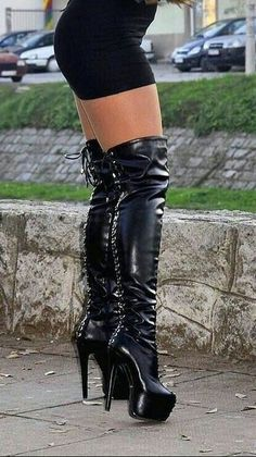 Her legs and the boots look fantastic together. Stivali Alti Di Coscia ee32c936464