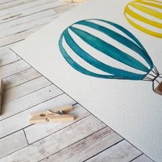 Hola! Ya estamos a mediados de semana y en Barcelona aunque sea invierno ya tenemos primavera!! Espero que aguante 😁 Por eso estoy en proceso de algunas acuarelas con colores alegres que acompañan el clima. ¿como va vuestro día? . . . . . . . . . #illustration #laperaverde #ilustracion #watercolor #pencilcolor #coloredpencil #pencil #acuarela #lapiz #lapizdecolores #instaart #art #instadraw #drawing #draw #instasketch #dibujo #pintura #globos #balloons #globoaerostático #hotairballoon…
