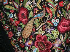 Mantón de manila artesanal expuesto en la exposición de AMUVA.