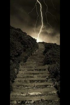 Arthur's Steps in Edinburgh Scotland Beautiful Pictures that will Leave you Breathless. A little creepy with the lightning in the background but would love to check this out! Fuerza Natural, Cool Photos, Beautiful Pictures, Tornados, Thunderstorms, All Nature, Amazing Nature, Stairway To Heaven, To Infinity And Beyond