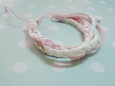 P0249 - Corda rosa trançada, camurça rosa, fio couro branco e corda branca trançada. Diâmentro aproximado 5,5cm, ajustável. R$ 14,90