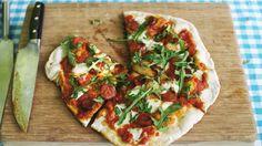 Pizza met chorizo, rucola en pikante olie | Dagelijkse kost