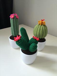 Gehaakte cactussen. Patroon: http://www.wolplein.nl/blog/cactus-haken/