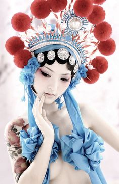 Geisha-y and native american-y. Chinese Opera, Chinese Art, Chinese Theme, Chinese Style, Mode Editorials, People Of The World, Mode Inspiration, Carnival Inspiration, Headgear