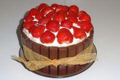 aardbeien-slagroom-taart met rondom Merci-chocolaatjes