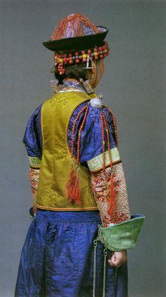 Frauentracht der Burjaten - Traditional Buryat women dress. View from the back. [National Museum of Mongolia, Ulan Bator]