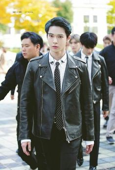 He really cool when walking like this,,with a face that looks serious 😍 just makes him more handsome plus so boyfriend! Nct Dream Members, Nct U Members, Kim Dong Young, Nct Doyoung, Park Ji Sung, Jung Woo, Winwin, Daddy Long, Yuta