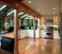 cozinha branca com pedra escura e piso madeira
