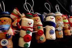 Mit Weinkorken basteln - Niedliche Schneemänner mit Knöpfen