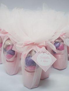 sapatilha de origami c /confeitos de chocolate embalados na organza <br>medida da sapatilha <br>8,5 cm comprimento <br>2,5 cm de largura <br>Confeitos de chocolate colorido(rosa,pink e lilás) 15 gr <br>papel utilizado para confecção das sapatilhas color plus 120 gr/linho 120 gr <br>Acompanha tag flor c/nome . <br>Cores disponiveis da sapatilha rosa e branco. <br>PEDIDO MINIMO: 30 pçs