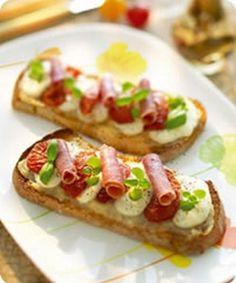 Bruschetta tomates confites, jambon italien, mozzarella et marmelade d'oignons - Bruchetta, Italian Ham, Italian Recipes, Italian Cooking, Tapas, Mozzarella, Tomato Bruschetta, Snacks, Street Food