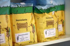 Hennolan kotieläinpihan kahvilassa voi nauttia Hennolan kotileipomon leivonnaisia, jotka on valmistettu tilan oman pellon viljoista. Kahvilasta voi ostaa myös mukaan tilan omista viljoista jauhettuja jauhoja, ryynejä ja hiutaleita.