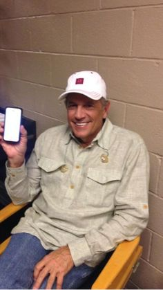 The king of country music. I love this man! Country Musicians, Country Music Singers, George Strait Family, Joyce Taylor, King George I, Entertainer Of The Year, Donny Osmond, Win Or Lose, Country Men