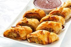 This recipe for sausage rolls make a tasty kid's snack or family meal. Perfect for school lunchboxes, an after school snack or a quick family meal served with salad, these homemade sausage rolls are bound to become a family favourite. Chicken Sausage Rolls, Homemade Sausage Rolls, Baked Chicken, Veggie Sausage, Recipe Chicken, Healthy Chicken, Mince Recipes, Snack Recipes, Cooking Recipes