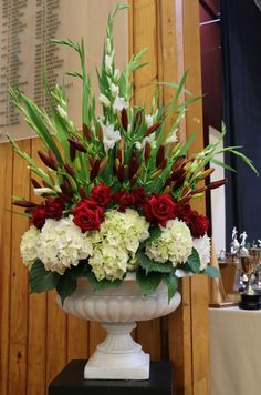 I have two large fibreglass urns (white) for XL arrangements Beautiful Things, Beautiful Flowers, Everything Is Possible, Flower Wall, Wedding Trends, Urn, Funeral, Floral Arrangements, Wedding Flowers