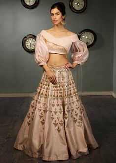 Powder pink raw silk lehenga with crepe blouse with ruching and organza balloon sleeves only on Kalki Choli Dress, Lehenga Blouse, Lehenga Choli, Pink Lehenga, Bridal Lehenga, Sabyasachi Lehengas, Cape Lehenga, Choli Designs, Fancy Blouse Designs