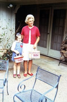First Moms Barbara Bush and daughter Dorothy, dressed up for Easter, April, -From the Bush Library Barbara Pierce Bush, Barbara Bush, Presidents Wives, American Presidents, American History, Presidential History, Presidential Libraries, Barbara George, Historia
