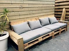 Basic Pallet Lounge BankYou can find Pallet lounge and more on our website. Diy Pallet Sofa, Wooden Pallet Furniture, Diy Pallet Projects, Recycled Furniture, Wooden Pallets, Cool Diy Projects, Furniture Projects, Diy Furniture, Recycled Wood