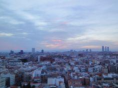 anocheciendo madrid vista hacia el oeste, cuatro torres, torres kio, torre europa, torre picasso, torre bbva (de dcha. a izqda.)