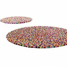 €279 Pinocchio matto, multi colour 90cm  anskalaisen karkkien - värikkäiden sokeripäällysteisten lakritsipallojen - mukaan nimetty Pinocchio on matto, joka saa sinut hymyilemään. Jokainen yksittäinen pallo on huovutettu käsin ja pujotettu nauhaan, kuten helmet. Pinocchio-matot on tehty käsin Nepalissa.