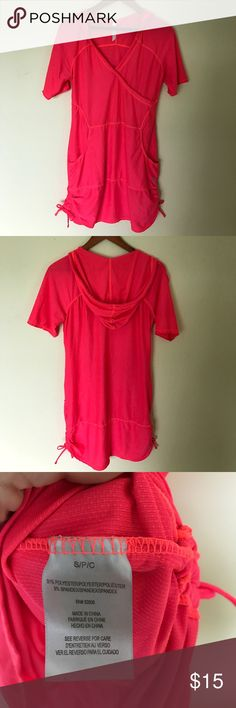 Free Country Sporty lightweight hooded dress. Flattering fit, good condition w pockets. 32 inches long, adjustable sides Free Country Dresses