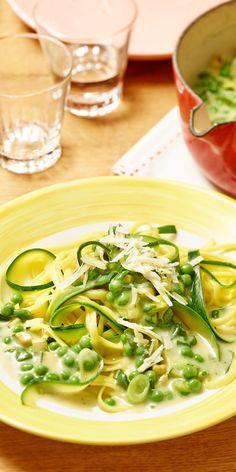Du magst gerne grünes Gemüse? Dann sind unsere Linguine mit grüner Carbonara das perfekte Gericht für dich! Erbsen, frische Zucchini, Frühlingszwiebel und gehacktes Basilikum - klingt das nicht unwiderstehlich lecker? Unbedingt ausprobieren!