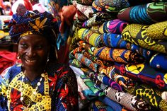 Colours of Sierra Leone photo: Elle Est Belle Mon Afrique African Textiles, African Fabric, African Prints, African Patterns, Sierra Leone, African Women, African Fashion, African Style, African Beauty