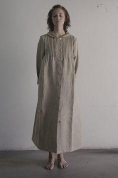 Bata en lino color natural.  Natural linen color whisk.