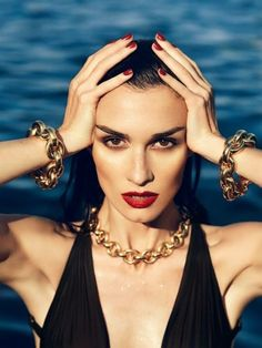 The Spanish actress Paz Vega has starred an editorial for El País Semanal August 2013 lensed by the fashion photographer Nico. Styled by Juan Cebrián, Paz looks superb and highlights her feminine a. Swimming Pool Photography, Beach Photography, Photography Photos, Fashion Editorial Photography, Vogue Editorial, Glamour Photography, Pool Fotografie, Modeling Fotografie, Pool Fashion