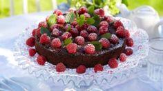 Oppskrift på sjokoladekake med bringebær, foto: Synøve Dreyer Norwegian Food, Chocolate Cake, Cravings, Raspberry, Sweets, Cookies, Fruit, Chicolate Cake, Crack Crackers