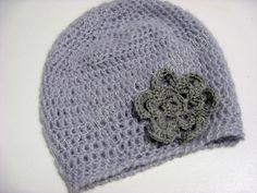 Crochet hat with flower/Cappellino ad uncinetto con fiore applicato
