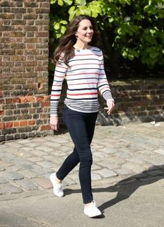 When Kate Middleton steps out looking casual she has been spotted wearing Superga Classic Cotu sneakers. Buy more Kate Middleton stuff here. Kate Middleton Jeans, Kate Middleton Stil, Kate Middleton Outfits, Jeans Trend, Style Royal, Best Casual Outfits, Office Outfits, Work Outfits, Fall Outfits