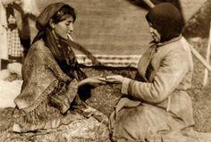 The Gypsy Chronicles - Important Photographs Romani Gypsy Culture Hippie Stil, Bohemian Gypsy, Gypsy Chic, Hippie Life, Gypsy Look, Gypsy Style, Des Femmes D Gitanes, Old Photos, Vintage Photos
