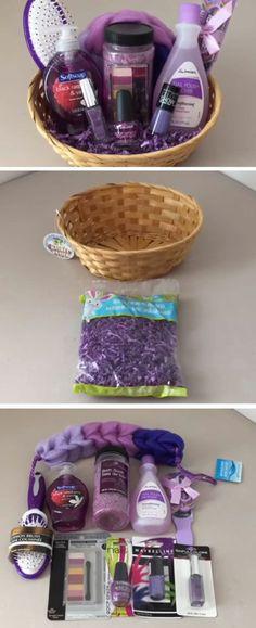lila Kosmetikartikel in Geschenkkorb ordnen Geschenke zum Muttertag zusammenstellen